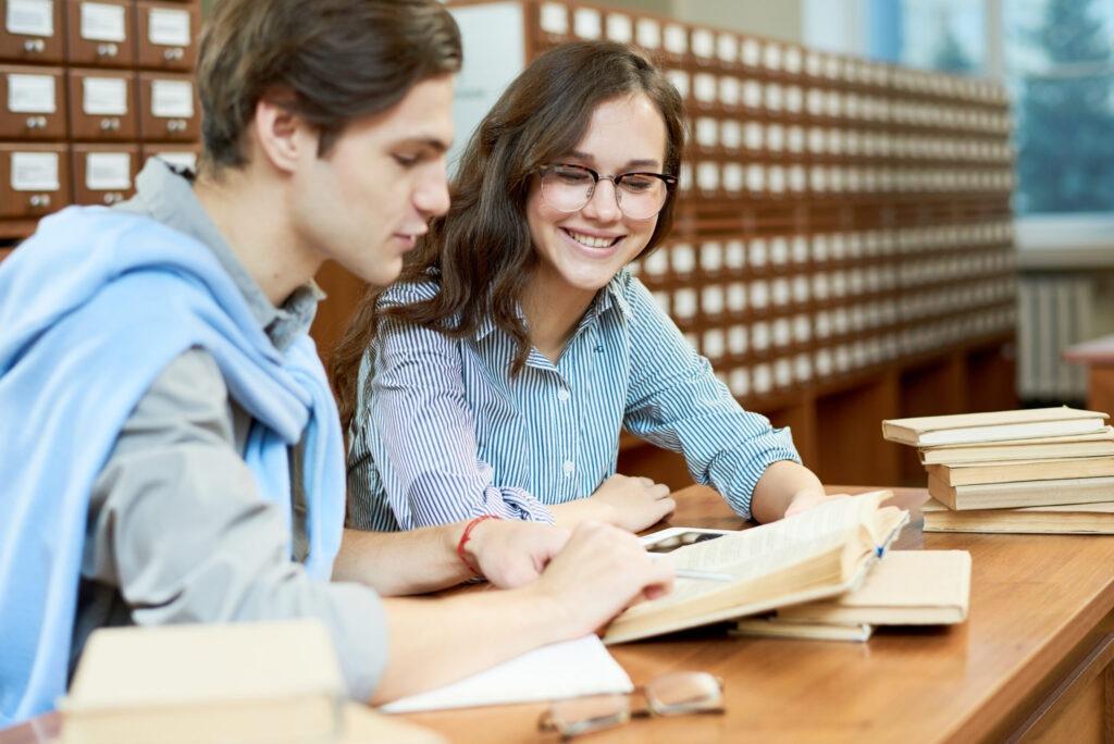 סטודנט מסביר לסטודנטית